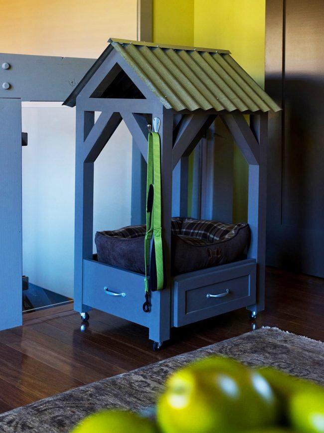 Домашняя будка на колесиках с раздвижным ящиком и крышей из шифера