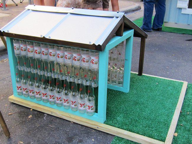 Стены будки сделаны из стеклянных бутылок