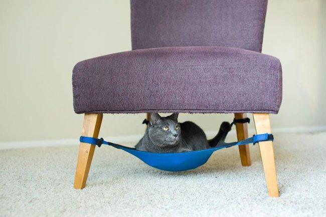 Гамак под стулом сэкономит место в комнате и доставит удовольствие коту