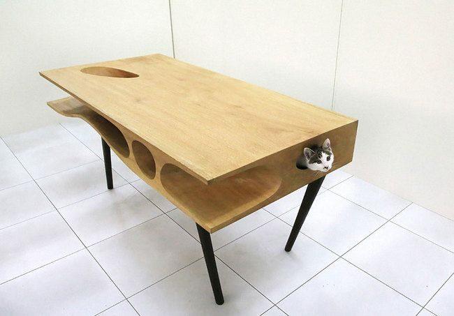 Оригинальный стол обязательно станет прекрасной площадкой для любопытной кошки