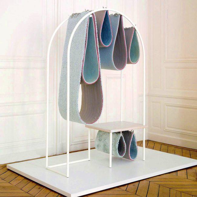Домики из ковролина висят словно капли на металлической арке