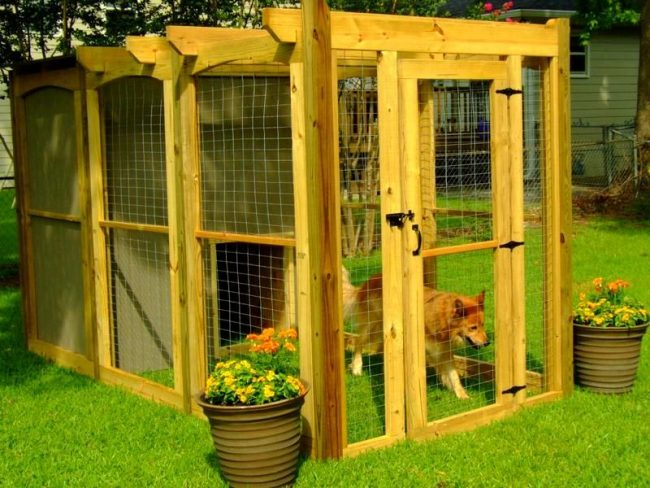 Вольеры для собак могу выглядеть очень даже привлекательно, исполняя не только функцию жилья для собаки, но и украшая ваш сад