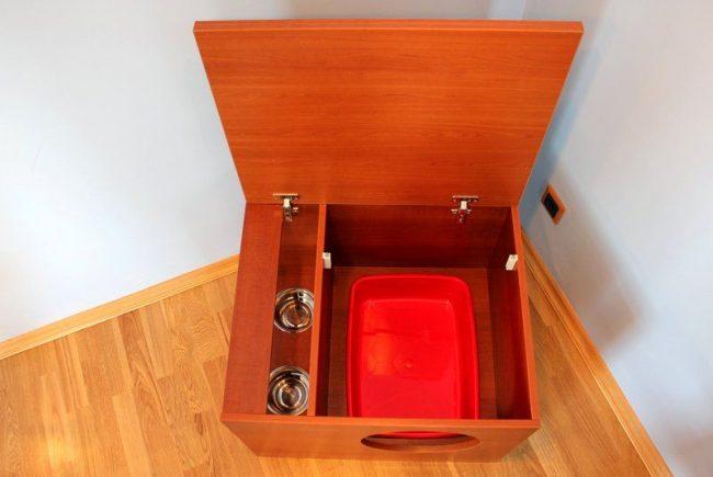 Туалеты для кошек закрытые могут быть встроены в тумбочку, тогда они легко впишутся в ваш интерьер
