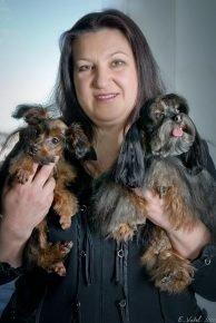 Нина Насибова с двумя собачками на руках