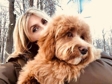 Светлана Бондарчук держит собаку
