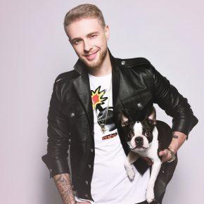 Егор держит собаку