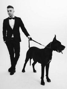Егор Крид держит собаку