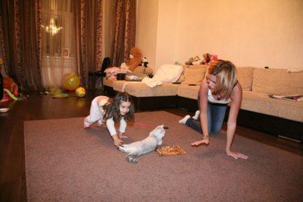 Бородина играет со своей кошкой