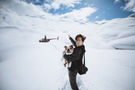 Коул с собакой в заснеженных горах