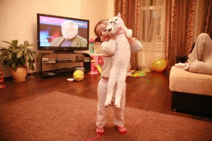 Дочь Ксении Бородиной держит кошку на руках