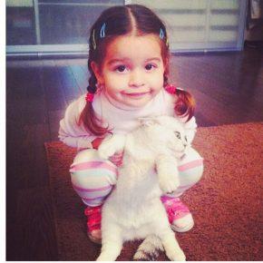 Дочка Бородиной обнимает кошку