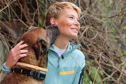 Юлия Высоцкая с бельгийской овчаркой