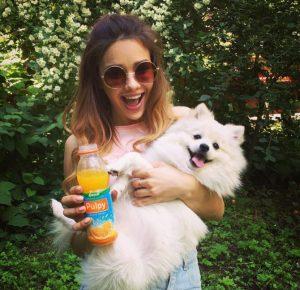 Маша Вэй с собакой