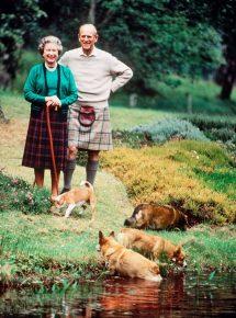 Королева Англии с мужем и собаками