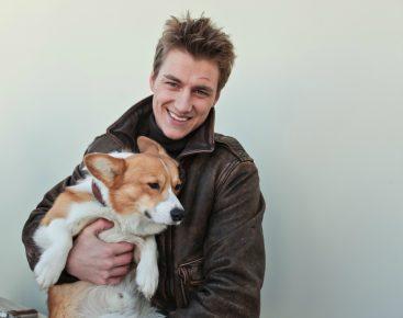 Алексей Воробьёв обнимает свою собаку