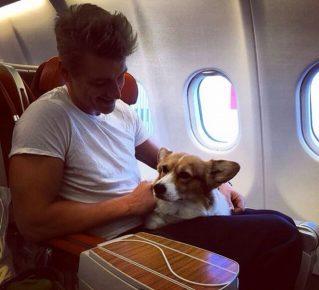 Алексей Воробьёв в самолёте с собакой