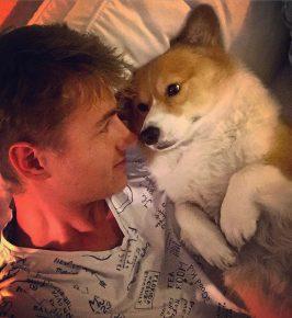 Собака Алексея Воробьёва спит с хозяином