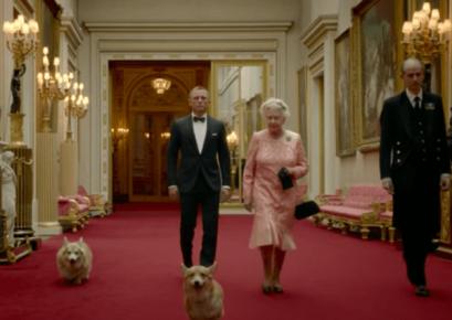 Елизавета II во дворце с собаками