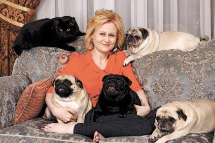 Дарья Донцова со своими собаками