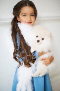 Дочь Ксении Бородиной с собакой Зима