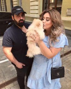 Гоар Аветисян целует свою собаку