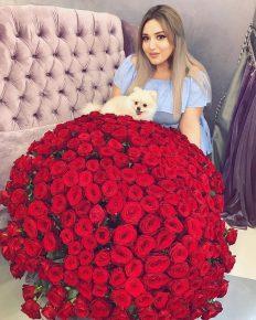 Гоар Аветисян с собакой и огромным букетом цветов