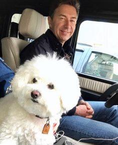 Сюткин в машине с собакой