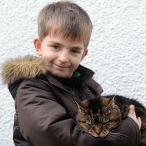 Мальчик с кошкой на руках