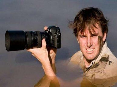 Фотограф Грег дю Туа по шею в воде в ожидании удачного момента
