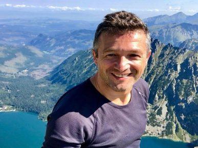 Альпинист Войцех Ябчинский на вершине горы Рысы