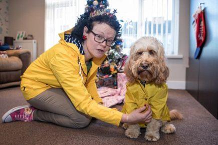Елена Мюллер со своей собакой у новогодней ёлки