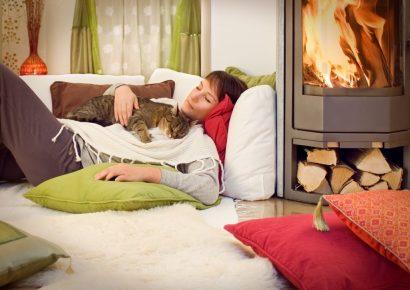 Кошка с хозяйкой у камина