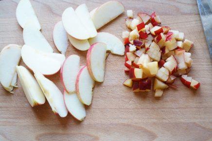 Нарезка из яблок на разделочной доске