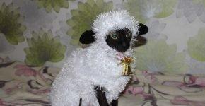 Сфинкс в костюме овечки