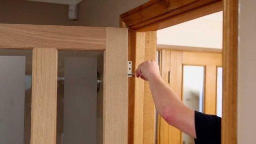 Снятие полотна двери с петель