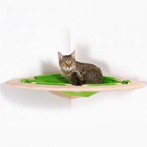 деревянная конструкция кошачего гамака в углу стены: серая короткошёрстная кошка в просторном лежаке из флиса