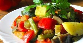 Тушёные овощи на тарелке