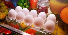 Варёные куриные яйца на прозрачной подставке