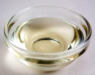 Вазелиновое масло в стеклянной чашке