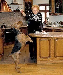 Елена малышева и её Чарльз в домашней обстановке