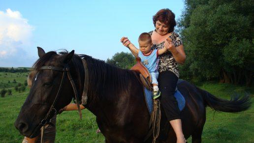 Женщина с ребёнком на лошади