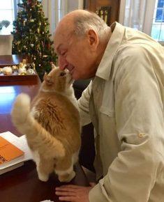 Жванецкий забавляется с котом