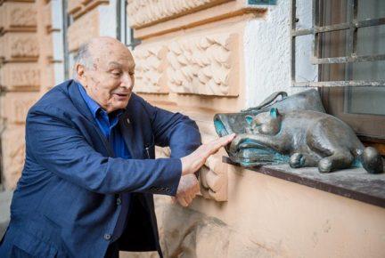 Жванецкий рядом со скульптурой своего кота