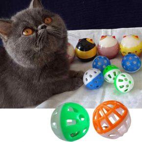 Кот с погремушками