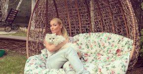 Анастасия Волочкова и кот Лакки в саду