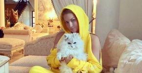 Анастасия Волочкова и кот Лакки на диване