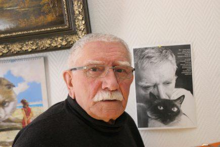 Армен Борисович на фоне своего фотопортрета с котом