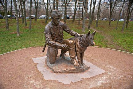 Памятник «Военный инструктор с собакой» скульптора С. Щербакова