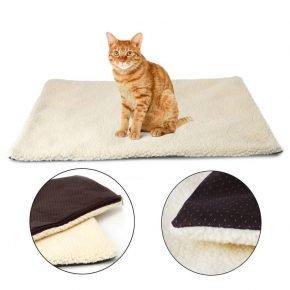 Кошка на самонагревающемсяя коврике Snuggle rug