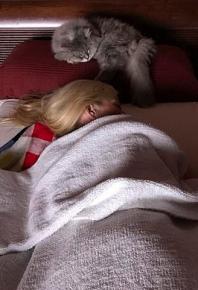 Эшли с котёнком на кровати